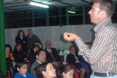 Alexandre García- Mas, explicando las diversas variables implicadas en el desarrollo del niño y joven tenista para la obtención de logros sostenidos.