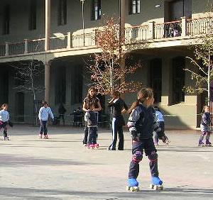En el patio del colegio, el cual sirve como pista de entrenamiento.
