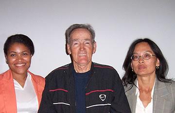 Ariel Standen junto a Alicia Romero (Izq.), Directora Ejecutiva de Fundación Asciende y Ming Patthey (Der.) Socia Fundadora de Sociedad Athénea, en conmemoración del 2do. Congreso de Ciencias Aplicadas al Deporte, realizado en la ciudad de La Serena el 20 de Noviembre del 2004.