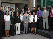 Alumnos graduados y directiva de las instituciones participantes.