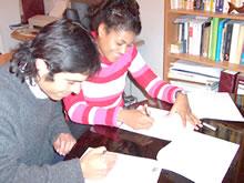 Alicia Romero, Directora Ejecutiva de Fundación ASCIENDE® suscribe el convenio.