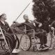 Pilotos de combate británicos paralizados compiten en el lanzamiento de jabalina, Londres, década de 1950.