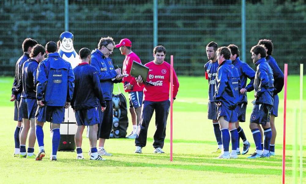 Marcelo Bielsa en práctica con la selección chilena en Pinto Durán.